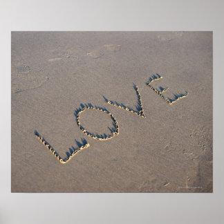 El amor de la palabra deletreó hacia fuera en la a póster
