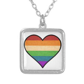 El amor de LGBT es corazón del arco iris del amor Collar Plateado