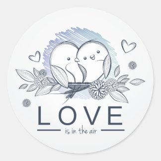 El amor de los Lovebirds está en el boda/el Pegatina Redonda