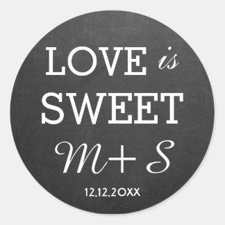 El amor es monograma dulce de la pizarra de los pegatina redonda