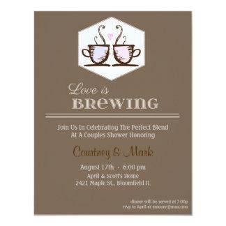 El amor está elaborando cerveza invitación 10,8 x 13,9 cm