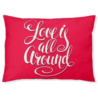 El amor está todo alrededor de la escritura que cama para mascotas