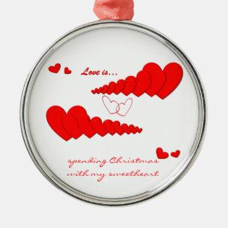 El AMOR rojo de la cadena del corazón ES… Adorno Redondo Plateado