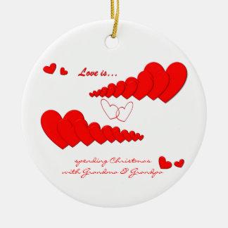 El AMOR rojo de la cadena del corazón ES… Adorno Redondo De Cerámica