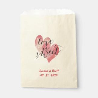 El amor rojo de los corazones de la acuarela es bolsa de papel