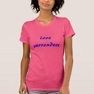 El amor se entrega (el azul fuerte en fucsia) camisetas
