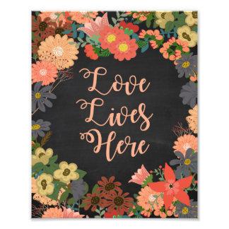 El amor vive aquí las flores coralinas en la foto