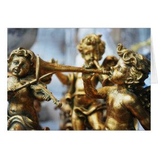 El ángel de oro adorna la tarjeta
