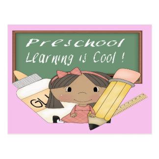 El aprendizaje étnico preescolar del chica es post postales