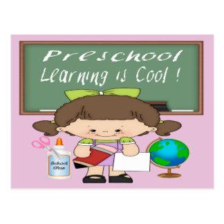 El aprendizaje preescolar del chica es postales