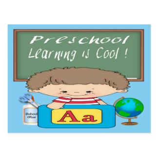 El aprendizaje preescolar del muchacho es postales