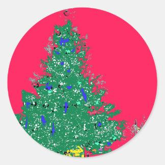El árbol de navidad de la mamá con los bulbos en pegatina redonda