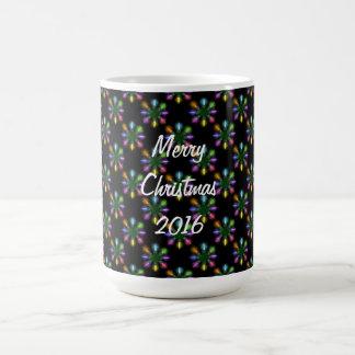 El árbol de navidad enciende el modelo taza de café