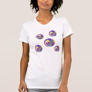 El arco iris circunda la camiseta de la mujer
