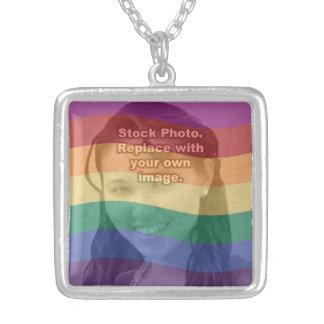 El arco iris colorea su foto collar plateado