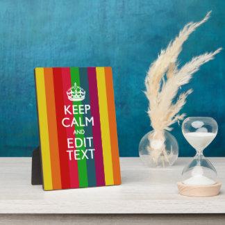 El arco iris colorido guarda calma y su placa expositora