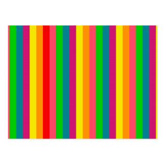 El arco iris de los colores raya la decoración postal