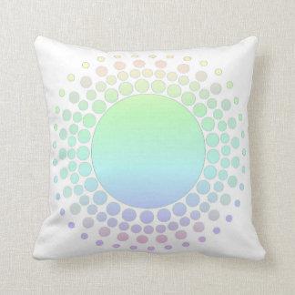 El arco iris en colores pastel circunda la cojín decorativo