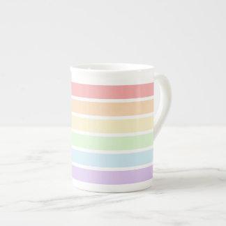 El arco iris en colores pastel raya la taza de té