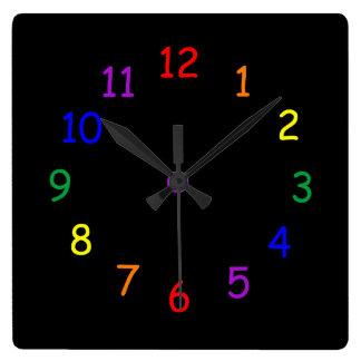 El arco iris numera el reloj de pared