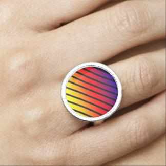 El arco iris raya el anillo de plata redondo
