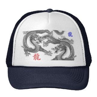 El asiático chino del dragón pone letras a kanji… gorras de camionero