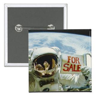 El astronauta vende la tierra pin