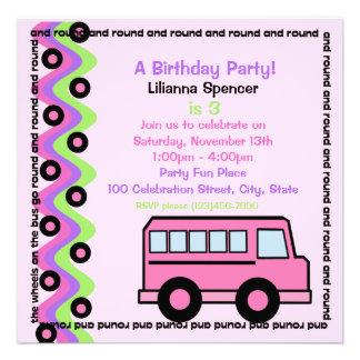 El autobús escolar rueda rosa invitación personalizada