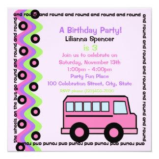 El autobús escolar rueda rosa invitación 13,3 cm x 13,3cm