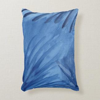 El azul abstracto evocador irradia la pintura de cojín decorativo
