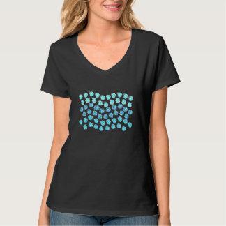 El azul agita la camiseta con cuello de pico de