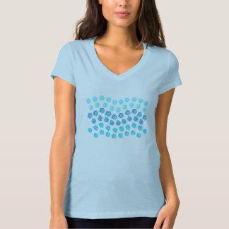 El azul agita la camiseta del cuello en v del