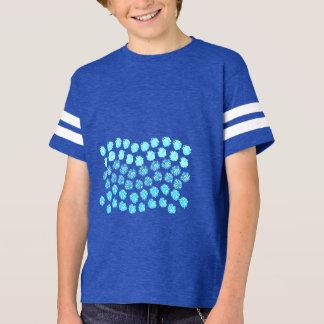 El azul agita la camiseta del fútbol de los niños
