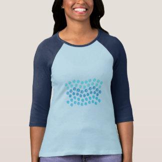 El azul agita la camiseta del raglán de las