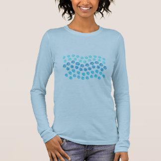 El azul agita la camiseta larga de la manga de las