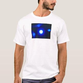 """El """"azul brilla intensamente"""" la camiseta blanca"""