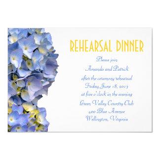 El azul simple florece la invitación de la cena