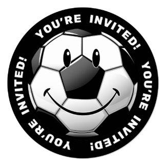 El balón de fútbol brillante sonriente invita invitación 13,3 cm x 13,3cm