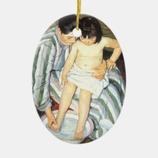 El baño de Mary Cassatt, bella arte del niño del Adorno Ovalado De Cerámica