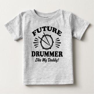 El batería futuro tiene gusto de mi papá camiseta de bebé