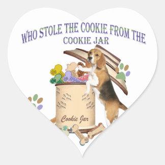 El beagle robó la galleta del tarro de galletas pegatina en forma de corazón