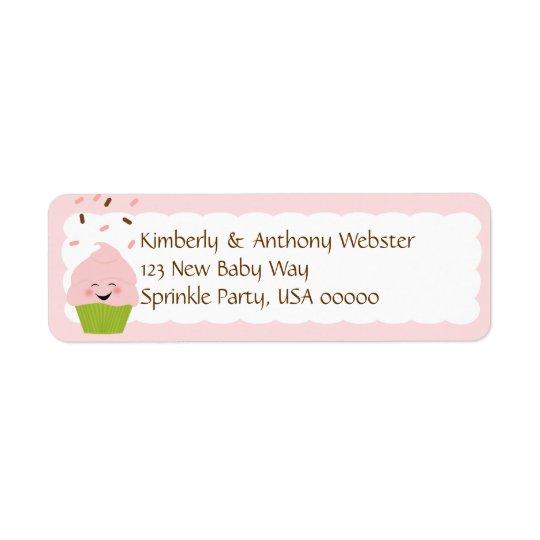 El bebé asperja la etiqueta rosada a juego del etiqueta de remite