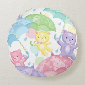 El bebé del paraguas lleva alrededor de la cojín redondo