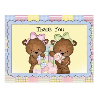 El bebé gemelo le agradece postal