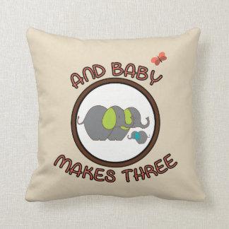 El bebé lindo de los refranes hace la almohada de