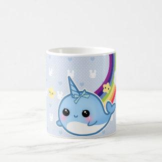 El bebé lindo narwhal con el arco iris y el kawaii taza de café