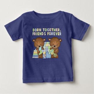 El bebé lleva la camiseta de manga corta de los