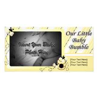 El bebé manosea la invitación tarjeta fotografica