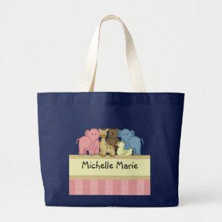 El bebé o el niño del chica personalizó la bolsa