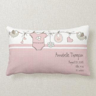 El bebé rosado viste la almohada de tiro del |